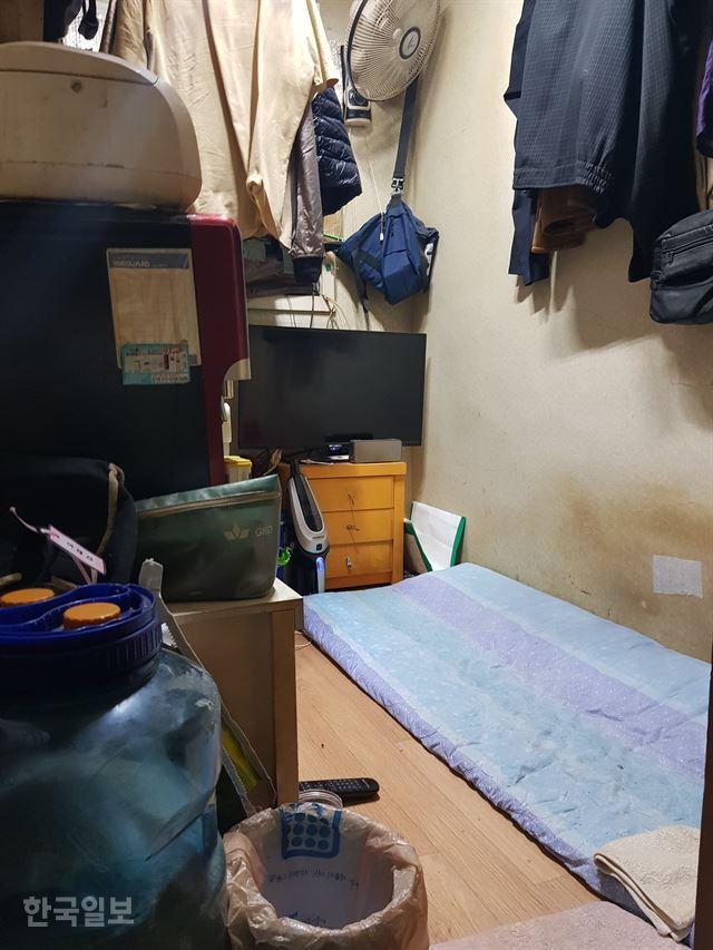 서울의 한 쪽방 주민이 열어 보인 자신의 방은 좁디 좁은 냉골이었다. 바깥이 낮인지 밤인지 짐작이나마 할 수 있는 창은 찾아보기 어려웠고, 장신의 방 주인이 발을 다 뻗기 조차 힘겨운 이 공간이 그의 유일한 안식처였다. 김혜영 기자.