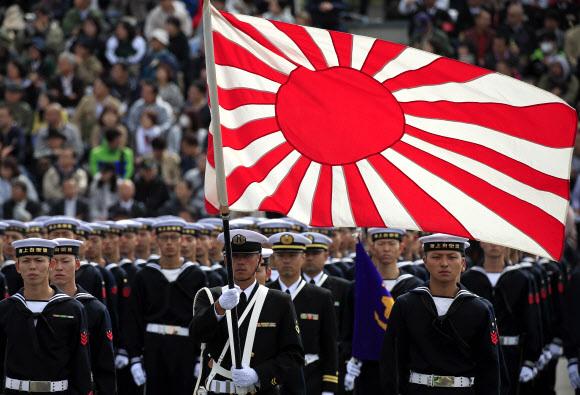 일본 해상 자위대가 지난해 10월 14일 도쿄 아사카 훈련장에서 사열행사를 갖고 있다. 일본은 군국주의 상징인 욱일기를 앞세우며 군사대국화 야욕을 드러내고 있다. EPA 연합뉴스