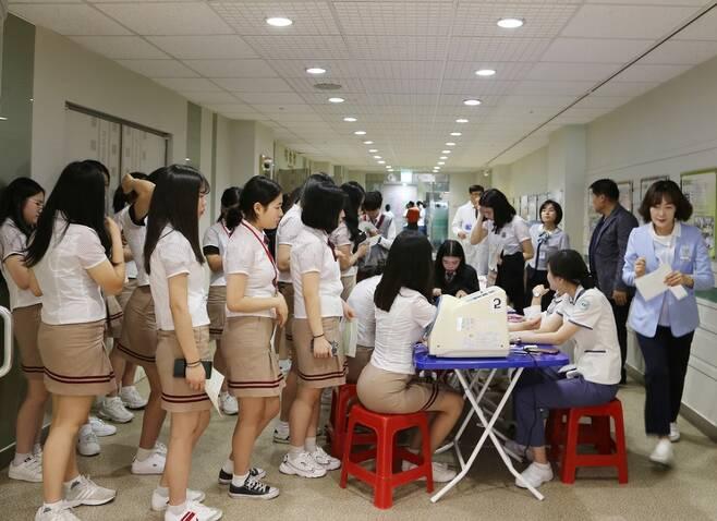 전남여상 학생들이 10일 광주기독병원에서 헌혈을 하기 위해 줄을 지어 서있다.  전남여상 제공