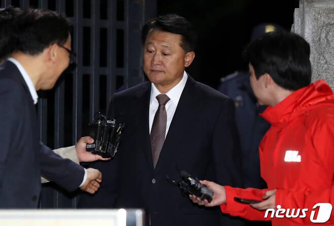 박근혜 정부 시절 정보경찰을 동원해 불법적으로 정치에 관여한 혐의를 받는 이철성 전 경찰청장의 구속영장이 기각됐다. 이 전 경찰청장이 15일 밤 경기 의왕시 서울구치소를 나서고 있다. 2019.5.15/뉴스1