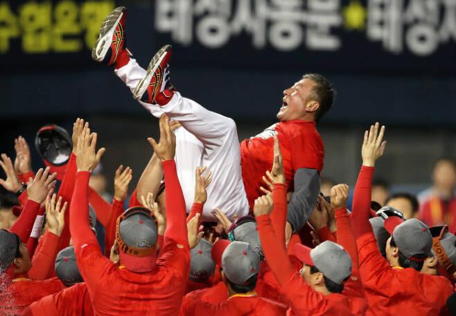 2017년 한국시리즈 우승을 차지한 KIA 선수들이 김기태 감독을 헹가래 하고 있다. KIA 타이거즈 제공