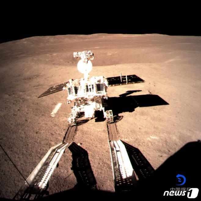 중국 달 탐사선 '창어(嫦娥) 4호'가 지구에서 보이지 않는 달의 뒷면에 인류 최초로 착륙했다.사진은 창어4호 감시카메라에 촬영된 탐사차량 위투(옥토끼)의 모습. (출처=중국 국가항천국)2019.1.4/뉴스1