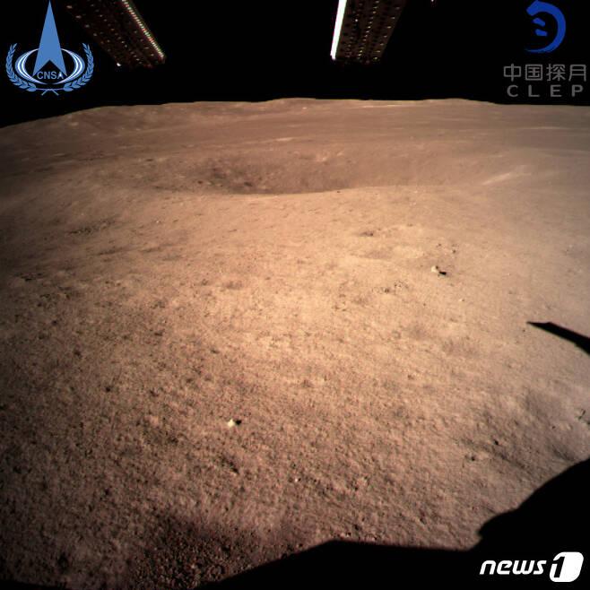 창어4호 카메라가 찍은 착륙지점 달 뒷면 사진. 달 탐사는 이 방향으로 표면쪽을 향하며 시작된다. (출처=중국 국가항천국) © News1