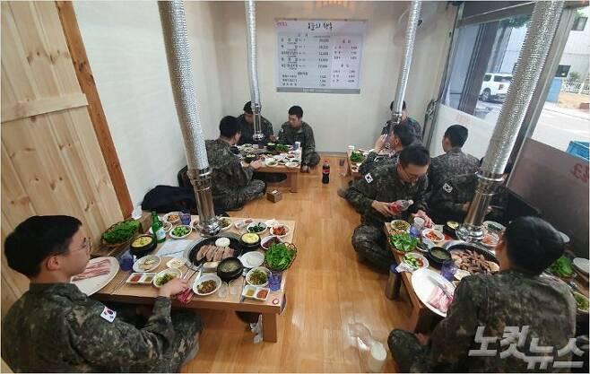 지난 16일 오후 5시 42분쯤 전북 임실군 임실읍 삼겹살집을 찾은 6탄약창 장병들. (사진=송승민 수습기자)