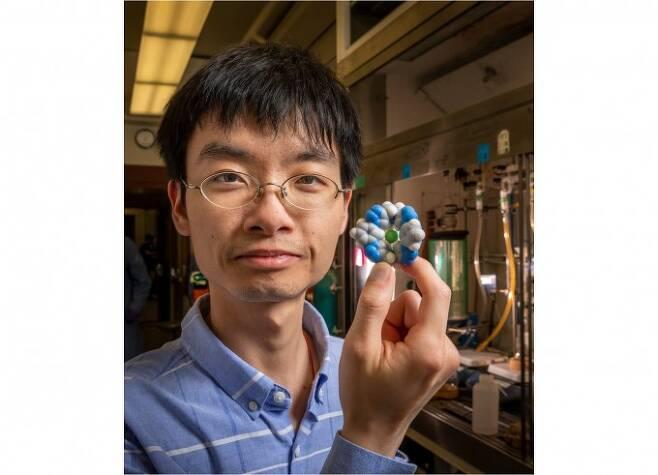 아마르 플루드 미국 인디애나대 화학과 교수 연구팀은 기존 제염제보다 1000배 이상 강력한 제염 능력을 보이는 분자 구조를 개발했다. 연구에 1저자로 참여한 윤 리우 박사(사진)가 분자 구조를 들어보이고 있다. 일리노이대 제공