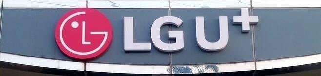 정엽 등이 동생 살해범으로 몰린 다빈을 위한 탄원서를 길거리에서 받는 장면에서 'LG유플러스' 로고가 카메라에 집힌다. 사진=정수남 기자
