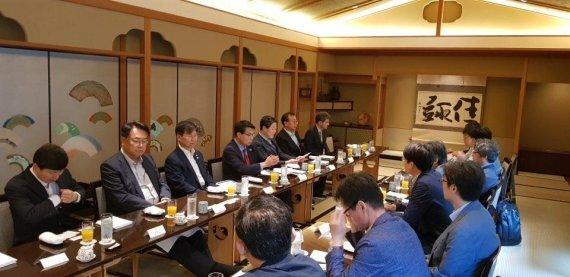 국회 외교통일위원회 소속 의원들이 29일 오전 도쿄특파원단과 1박2일의 방일활동에 대해 설명하고 있다.