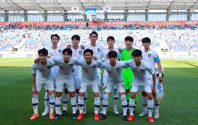 폴란드 루블린 경기장에서 열린 2019 국제축구연맹(FIFA) 20세 이하(U-20) 월드컵 16강 한·일전에서 선발 출전한 한국 선수들이 기념촬영을 위해 포즈를 취하고 있다./루블린[폴란드]=연합뉴스