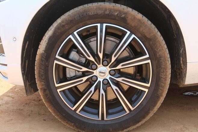 XC60 T6의 2.0 가솔린 엔진은 자동 8단변속기와 조합으로 연비 9.4㎞/ℓ, 이산화탄소 배출량 186g/㎞를 구현했다. 측면 디장인의 정점은 235/55%R 19 105V인 타이어와 알로이 휠이다. 사진=정수남 기자