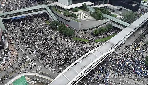 홍콩 '송환법' 심의 연기 (홍콩 AP/애플 데일리=연합뉴스) '범죄인 인도 법안'(일명 송환법)에 반대하는 홍콩의 시위대가 12일 의회인 입법회 밖 도로를 메우고 있다.   홍콩 정부는 야당의 강력한 반대에도 이날 2차 법안 심의를 강행할 계획이었지만 시위가 격화할 양상을 보이자 일단 심의를 연기하기로 했다. bulls@yna.co.kr