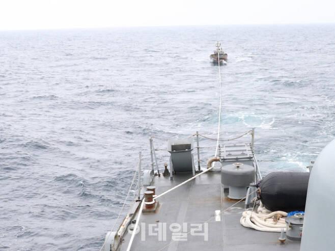 지난 11일 우리 해군 함정이 동해상에서 표류하던 북한 선박을 발견하고 북방한계선(NLL)상으로 인계하고 있다. [사진=합동참모본부]