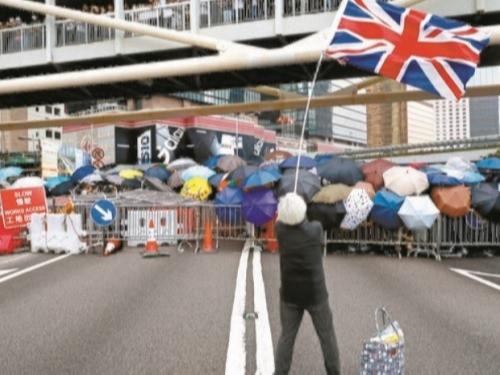 홍콩 주민들의 반중 시위를 진압하기 위해 출동한 경찰 바로 앞에서 영국 국기 '유니언잭'이 힘차게 휘날리고 있다.AP뉴시스