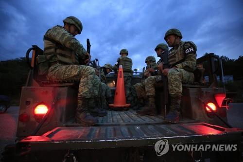 멕시코 남부 치아파스 주에서 경비활동을 위해 트럭에 탄 멕시코 군인들 [AP=연합뉴스]