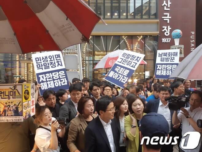 18일 오후 부산지역 시민단체 회원들이 부산을 방문한 황교안 자유한국당 당대표를 비판하고 있다. 2019.06.18/ 뉴스1 © News1 박채오 기자