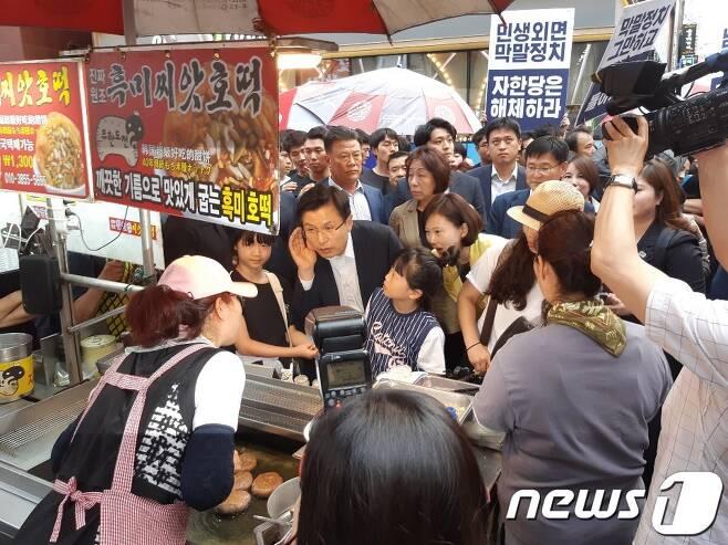 18일 오후 부산 중구 남포동 비프광장을 방문한 황교안 자유한국당 당대표가 시민들과 대화를 나누고 있다. 2019.06.18/ 뉴스1 © News1 박채오 기자