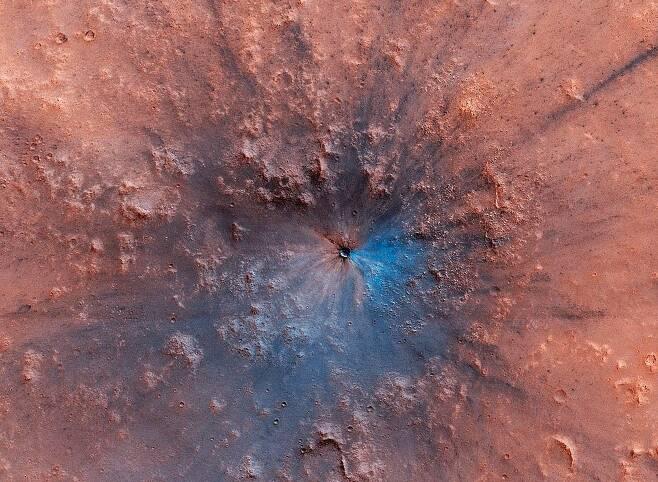 화성 표면에 새로 생긴 크레이터. 출처=NASA/JPL/University of Arizona