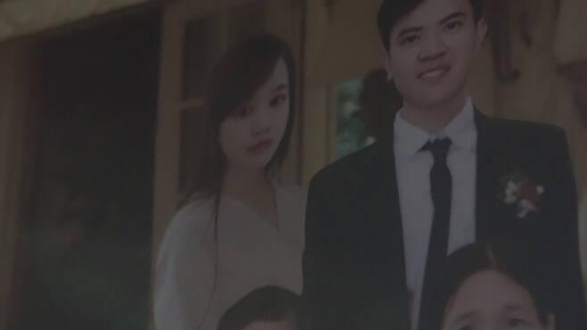 떰의 오빠가 자신의 결혼 사진에 숨진 동생을 합성해 넣었다.