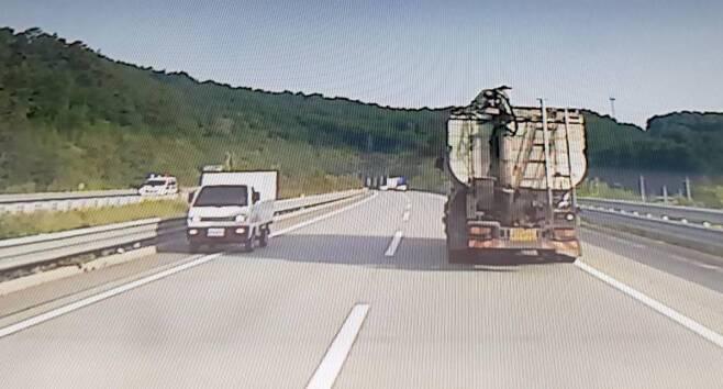 지난 4일 충남 공주시 당진·대전고속도로에서 조현병을 앓고 있는 40대 운전자의 역주행으로 3명의 사망자가 발생했다.  이 사진은 40대 운전자가 사고 나기 전 역주행을 하는 모습/사진=뉴시스