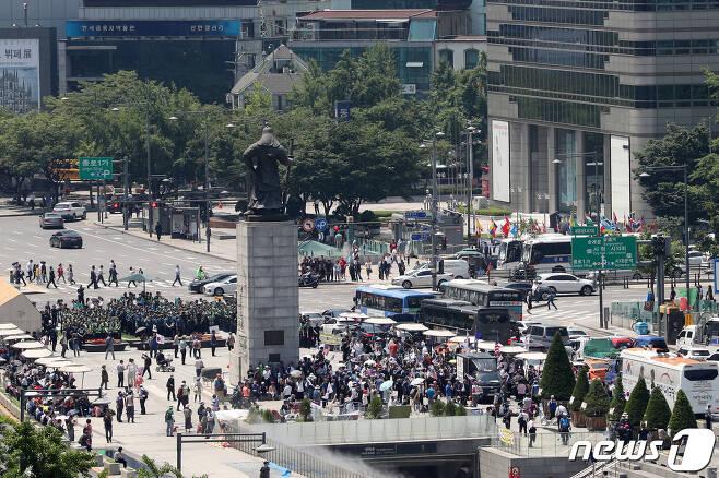 25일 오후 서울 세종대로 광화문광장에서 우리공화당(대한애국당) 당원 및 지지자들이 태극기와 성조기를 들고 있다. 2019.6.25/뉴스1 © News1 이승배 기자