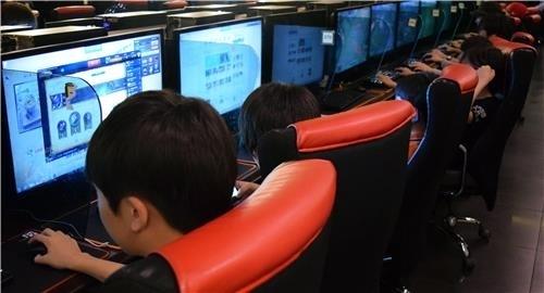 서울 시내 한 PC방에서 청소년들이 PC게임을 즐기고 있다. [연합]
