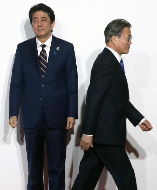 문재인 대통령이 지난달 28일 오전 일본 인텍스 오사카에서 열린 G20 정상회의 공식환영식에서 의장국인 일본 아베 신조 총리와 악수한 뒤 이동하고 있다. 연합뉴스