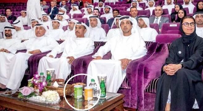 지난 5월 아랍에미리트(UAE) 아부다비에서 열린 '자이드 스포츠 토너먼트' 개막식. 행사에 참석한 만수르 왕자(오른쪽 두 번째) 앞에 허니버터 아몬드(원 안)가 놓여 있다.  /아부다비 체육협회