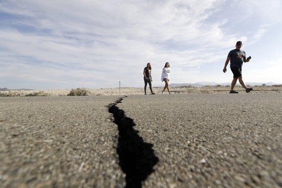 지난 6일(현지시간) 미국 캘리포니아주 컨카운티 리지크레스트 인근 고속도로 바닥이 지진으로 갈라져 있다. [AP=연합뉴스]