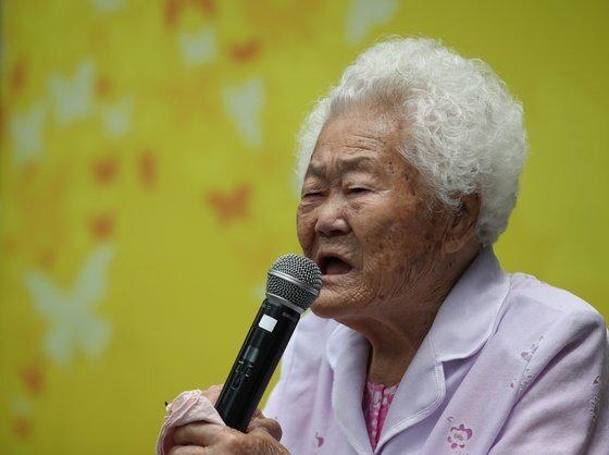 10일 오후 서울 종로구 옛 주한일본대사관 앞에서 열린 일본군 성노예제 문제 해결을 위한 정기 수요시위에서 이옥선 할머니가 발언하고 있다. [연합뉴스]