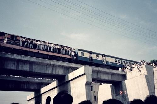 열차에 매달려 이한열 운구행렬 지켜보는 시민들 [주리시 교수 촬영·이한열기념사업회 제공]