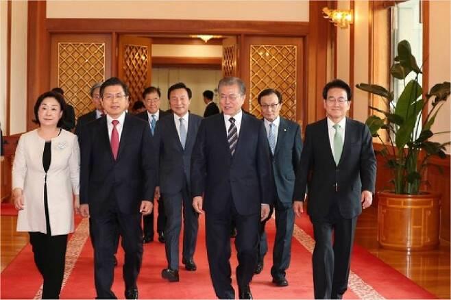 문재인 대통령이 18일 오후 여야 5당 대표들과 청와대 본관으로 향하고 있다. 청와대사진기자단