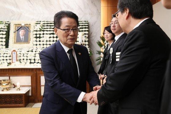박지원 민주평회당 의원이 유족들을 위로하고 있다. [중앙포토]