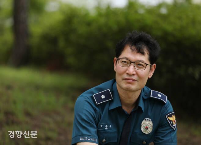 김종구 경위가 7월 24일 충남 경찰인재개발원 강의동 앞 정원에서 자신의 이야기를 하고 있다. 강윤중 기자
