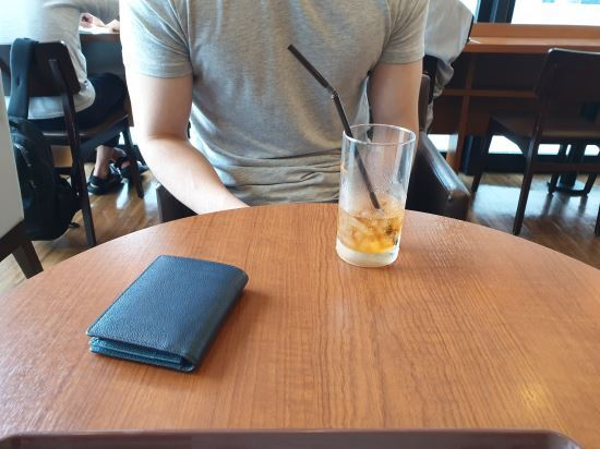 """25일 일본 도쿄 신주쿠의 한 카페에서 만난 재일조선인 3세 A씨(32)는  """"한국의 불매운동이 일본에서의 차별을 강화하는 요인이 될 수 있어 걱정된다""""고 말했다. 권중혁 기자"""