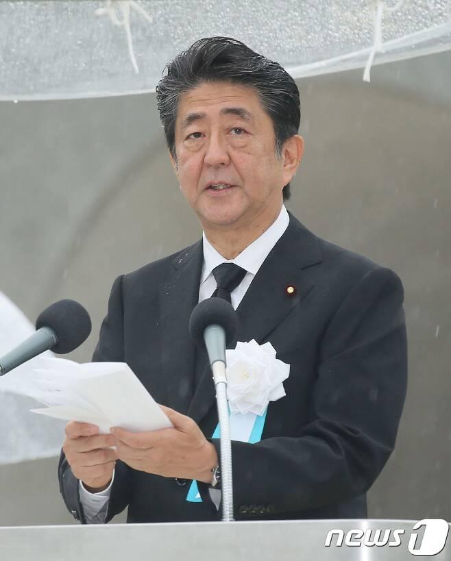 아베 신조 일본 총리가 6일 히로시마 평화 기념공원에서 원폭 희생자 위령식에 참석, 인사말하고 있다.  © AFP=뉴스1