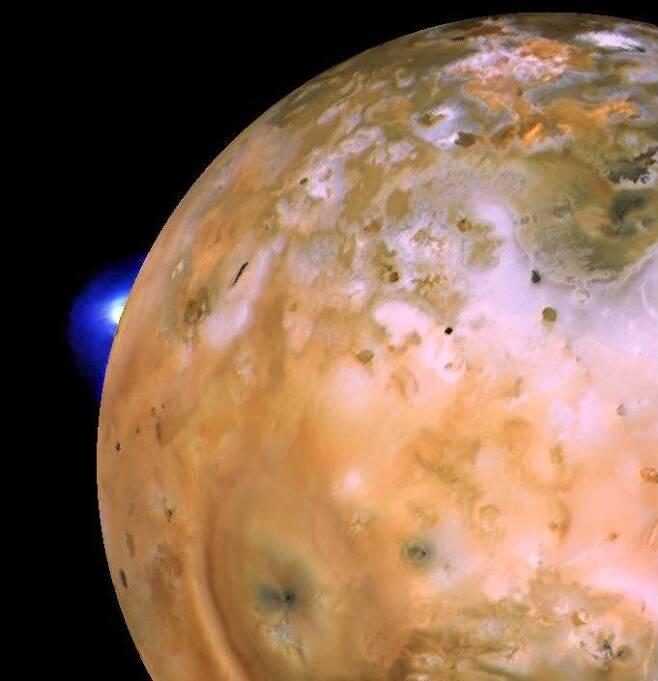 이오의 화산이 분출하는 모습 (파란색). 출처=NASA/JPL/USGS