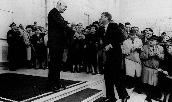 1960년 12월 드와이트 D. 아이젠하워 대통령(왼쪽)이 당시 존 F. 케네디 대통령 당선자와 만나 악수하고 있다. 아이젠하워 대통령은 '군산복합체'에 대해 경고했고, 케네디 대통령은 군산복합체의 음모로 암살됐다고 믿는 사람들이 많다. [사진 위키피디어]
