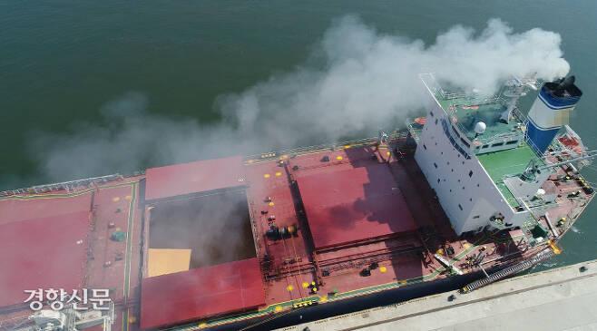 경기 평택항에 정박해 있는 한 대형 선박이 매연을 내뿜고 있다. (사진은 기사 내용과 관련 없음) / 연합뉴스