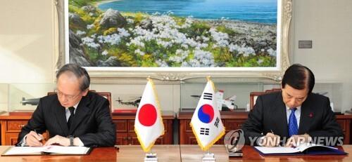 지소미아 종료 (서울=연합뉴스) 1945년 광복 이후 한일 양국이 맺은 첫 군사협정인 '한일군사정보보호협정'(GSOMIA·지소미아)이 결국 2년 9개월여 만에 역사 속으로 사라지게 됐다. 사진은 지난 2016년 11월 23일 서울 용산구 국방부에서 한민구 국방부 장관(오른쪽)과 나가미네 야스마사 주한일본대사가 군사비밀정보보호협정(GSOMIA)을 체결하는 모습. 2019.8.22 [국방부 제공. DB 및 재판매 금지] photo@yna.co.kr
