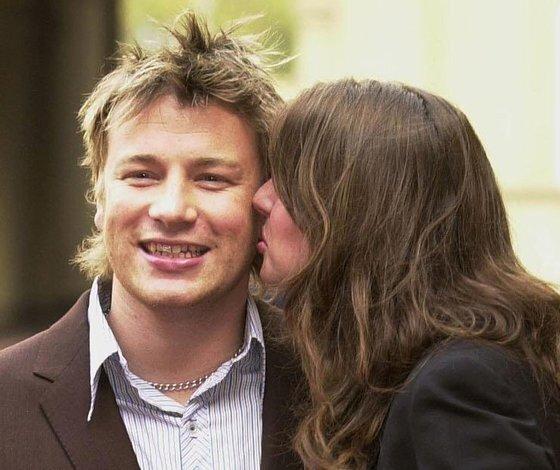 스타셰프 제이미 올리버가 2003년 영국 왕실 훈장을 받은 뒤 부인 줄리엣에게 키스를 받고 있다. [로이터=연합뉴스]