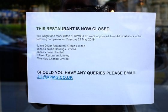 제이미 올리버의 레스토랑이 파산한 뒤 폐업 안내문이 붙어 있다. [AFP=연합뉴스]