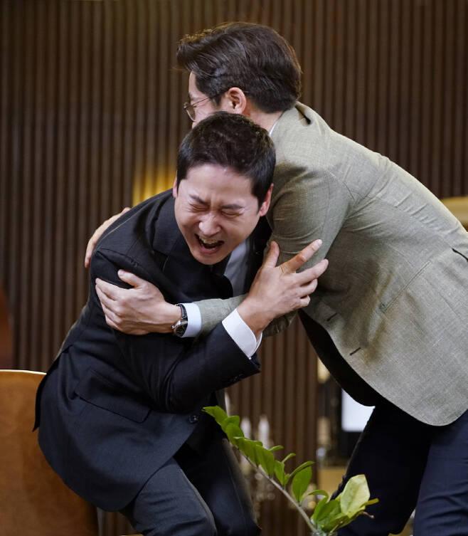신동엽과 김상중의 논리 대결이 펼쳐지는 추석특집 '신동엽 VS 김상중 - 술이 더 해로운가, 담배가 더 해로운가'. SBS 제공