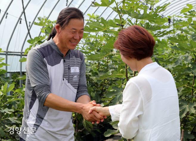 신장을 기증한 김충효씨(왼쪽)가 지난달 20일 경기 화성시 자신의 '949 농장'에서 신장을 이식받은 홍모씨와 손잡으며 인사하고 있다.  권도현 기자 lightroad@kyunghyang.com