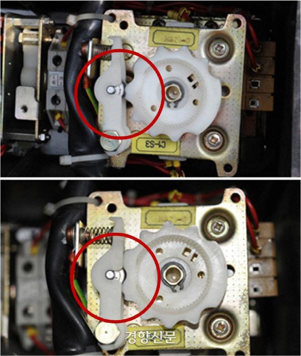 사고 타워크레인의 조종 레버 뒷면. 운전자가 손을 떼면 스프링 탄성에 의해 레버가 홈에 정확히 들어가면서 중립으로 복귀(아래 사진)해야 하지만 사고 크레인의 조종 레버는 중립으로 복귀되지 않고 어정쩡하게 중간에 걸쳐지는(위 사진) 결함을 갖고 있다. 제보자 제공