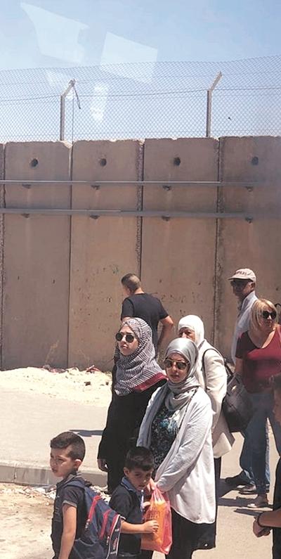 이스라엘의 분리장벽과 검문소 등으로 팔레스타인 주민들은 이동의 제한으로 여러 불편을 겪고있다.