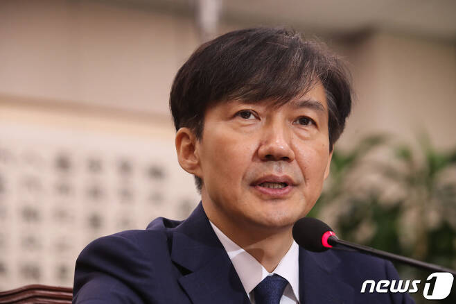 조국 법무부장관 후보자가 지난 6일 서울 여의도 국회에서 열린 인사청문회에서 의원들의 질의에 답하고 있다. /뉴스1 © News1 이종덕 기자