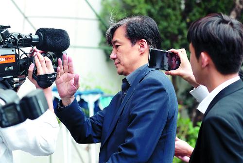 조국 법무부 장관 후보자가 8일 외출했다가 서울 서초구 자택으로 돌아오면서 자신에게 바짝 다가온 취재진 카메라를 한 손으로 밀어내고 있다. 권현구 기자