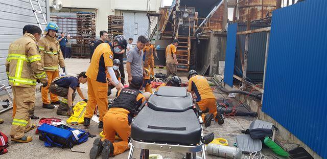 119구조대원들이 10일 오후 경북 영덕군 한 수산물가공공장에서 탱크 청소를 하다 질식한 노동자들을 구출, 심폐소생술을 실시하고 있다. 경북소방본부 제공