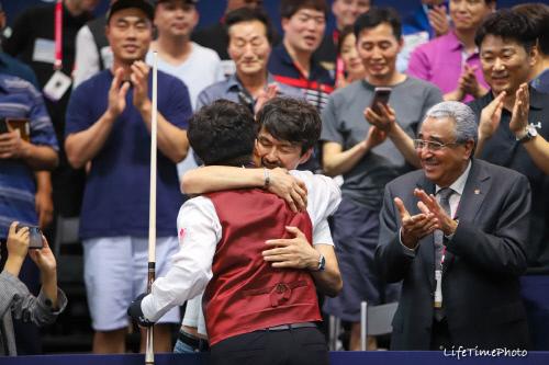조명우가 8일 스타필드 하남 특설경기장에서 열린 2019 LG U+컵 3쿠션 마스터스 결승전에서 우승한 뒤 아버지 조지언 씨와 포옹하고 있다. 제공 | 대한당구연맹