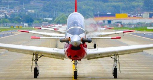 공군 KT-1 초등훈련기 편대가 훈련을 위해 활주로에서 이륙을 준비하고 있다. 공군 제공