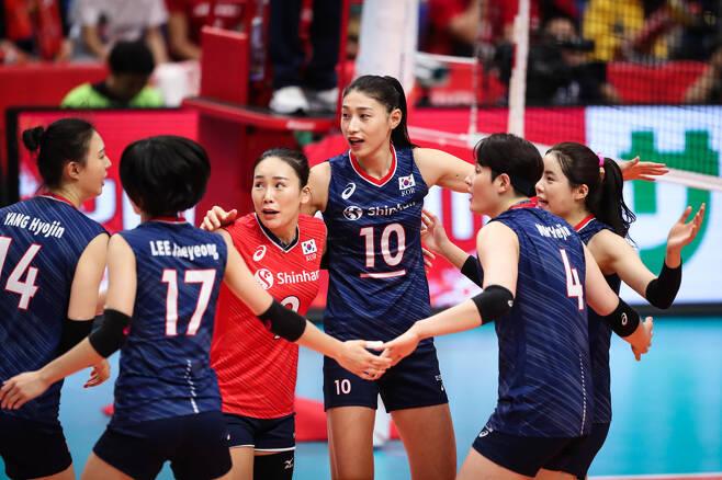 ▲ 김연경(가운데)과 한국 여자 배구 대표 팀 ⓒ FIVB 제공